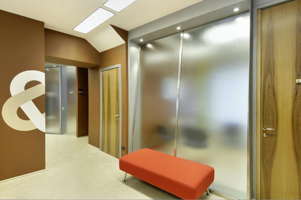 Arredamento ufficio moderno a torino comar sistemi for Arredamento moderno economico